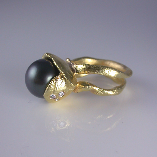 Ring: 18k, tahiti pearl, twvvs diamonds